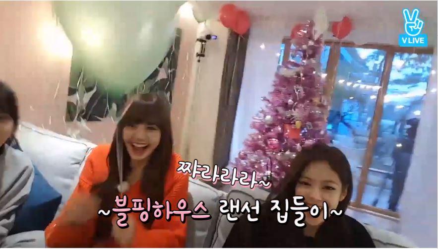 上周直播時,BLACKPINK親自裝飾的聖誕樹更是少女心爆炸~~ 超巨大的聖誕樹連成員們也超嗨