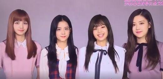 BLACKPINK在日本宣傳時曾上的節目也釋出了影片,在影片中成員們談著如何學習外語,但粉絲的焦點卻都在Jennie的新瀏海上,但其實Jennie因為戴了「假瀏海」的關係看起來有些不自然...