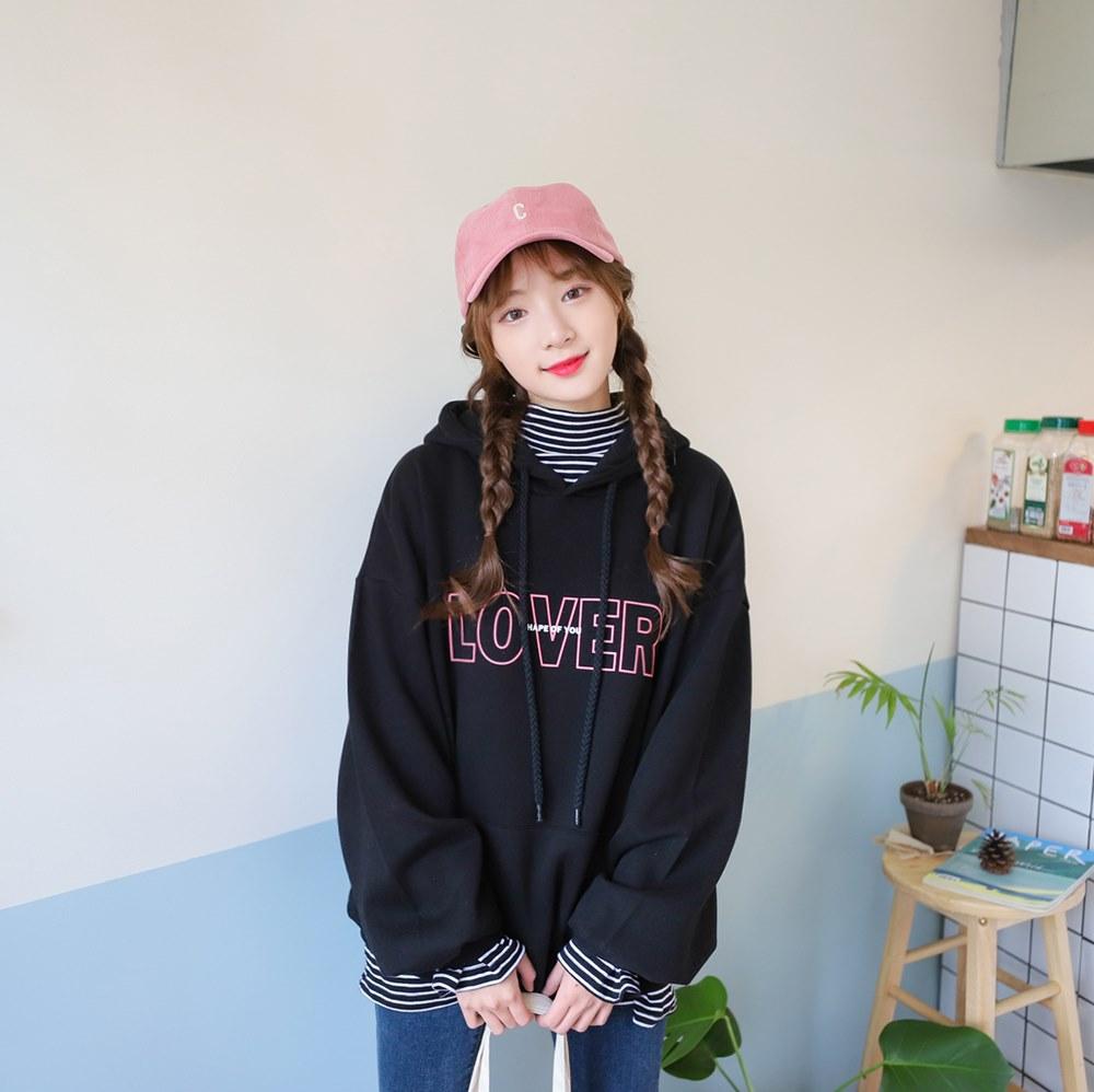 帽T x 條紋高領 韓國女大生最愛的穿搭就是帽T啦~條紋的高領讓整體穿搭看起來更豐富,比起單穿更有可愛俏皮的感覺,大學T一樣可以這樣搭配哦!
