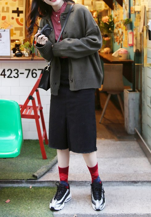 長裙 x 長襪 針織材質的長裙肯定比棉麻的更加保暖,搭配長襪就可以非常的有書生氣質,非常適合學生的日常穿搭哦!