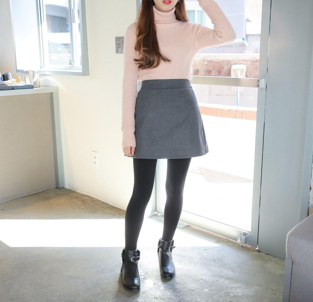 A字裙 x 厚褲襪 顯瘦的A字裙也可以不用封存在衣櫃啦~趕快拿出重磅數的厚褲襪來搭配,不只顯瘦看起來腿長又保暖!