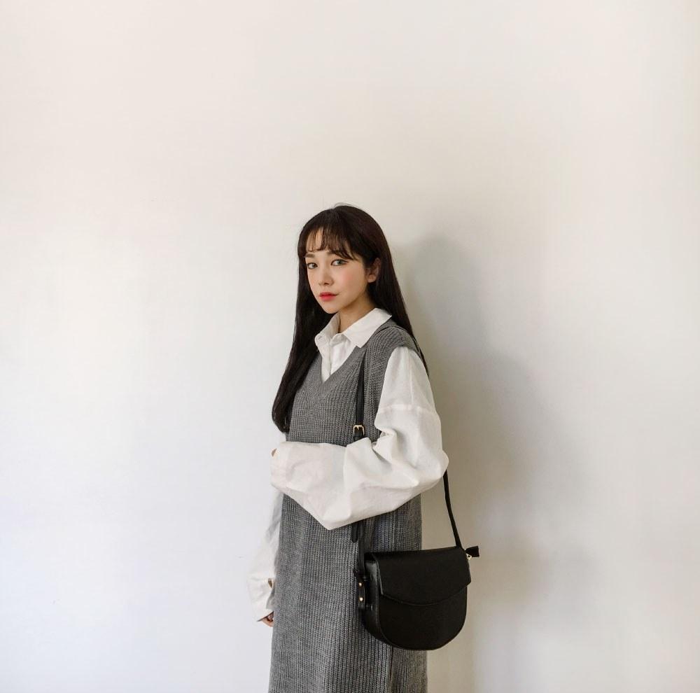 襯衫 x 針織背心裙 背心裙也可以說是韓系氣質的代表了,剛剛的白襯衫去掉短背心跟牛仔褲,換一個針織長裙也是一個不容易出錯的選擇!