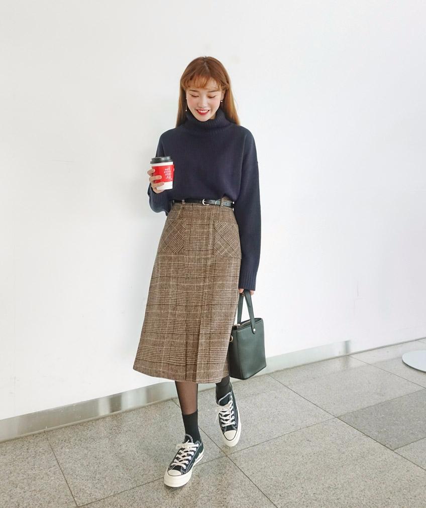 -格紋長裙 x 毛衣 格紋的單品今天有多流行應該不用再多說了,格紋長裙當然也是今年一定要入手的單品之一,選擇毛呢的材質,上面配個毛衣,就能穿得暖又充滿冬天的感覺~不過要記得毛衣最好選擇素色的,不然圖案太多視覺上會看起來很雜亂。