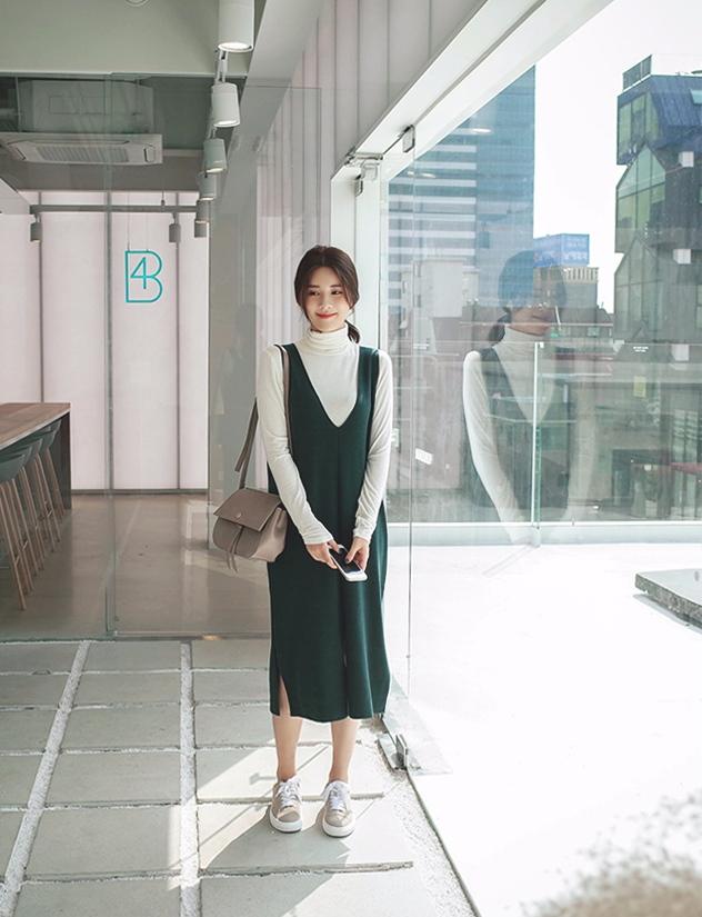 #背心裙 說到韓系穿搭怎麼能少了背心裙呢~夏天的時候背心裙感覺只能搭搭T恤,冬天的話則是能變化出很多種穿搭。
