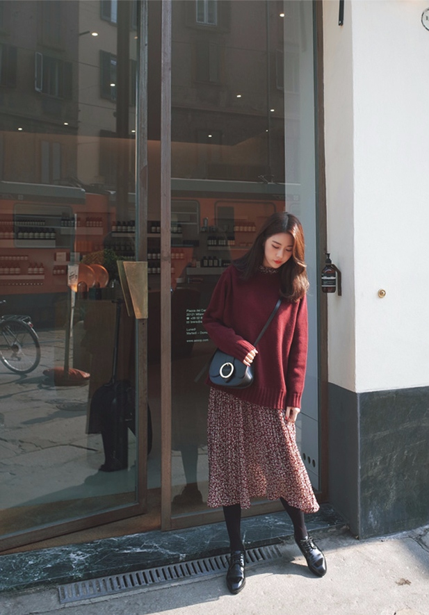 -碎花洋裝 x 毛衣 碎花洋裝配毛衣絕對是韓妞們秋冬最愛的穿搭之一,很多人可能覺得整件的碎花洋裝太夢幻太OVER,所以可以利用毛衣外搭來降低碎花的比例,保暖的同時也不失氣質。