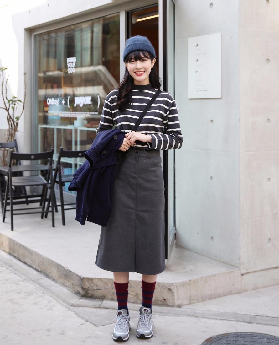 -素色長裙 x 花色上衣 其實素色長裙的實穿度幾乎跟牛仔褲一樣百搭!不過除了在顏色上做搭配,也可以選擇搭配有花紋的上衣,像是格紋、條紋、碎花等,讓整體看起來更有重點~裙子除了一年四季都可以穿的牛仔棉質外,很推薦燈芯絨的材質,保暖度也更好~