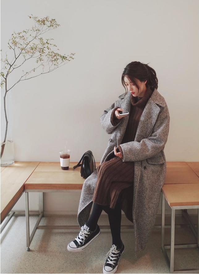 -針織洋裝 x 長大衣 針織洋裝也是秋冬限定的單品,選擇寬鬆款式的話能給人一種慵懶時尚的感覺,而且穿搭時也不用花太多心思,只要在外面套上一件顏色合適的長版大衣就能輕鬆出門,真的很方便~
