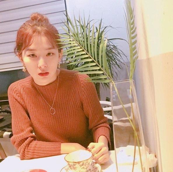 其實素顏對於單眼皮或內雙來說比較吃虧,少掉眼線可能會讓眼睛看起來很無神,但是Seul-gi的素顏反而沒有太大差別,甚至看起來更善良(?),偽少女個人覺得Seul-gi素顏真的很美呢!