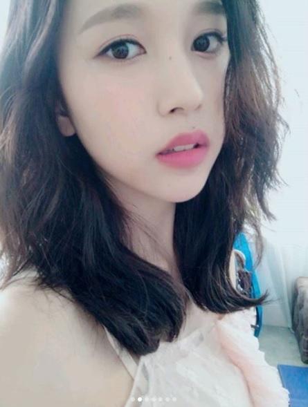 △TWICE-Mina Mina的妝容比較淡,利用粗平眉讓五官更柔和,配上玫瑰粉色的口紅,帶出Mina的氣質。