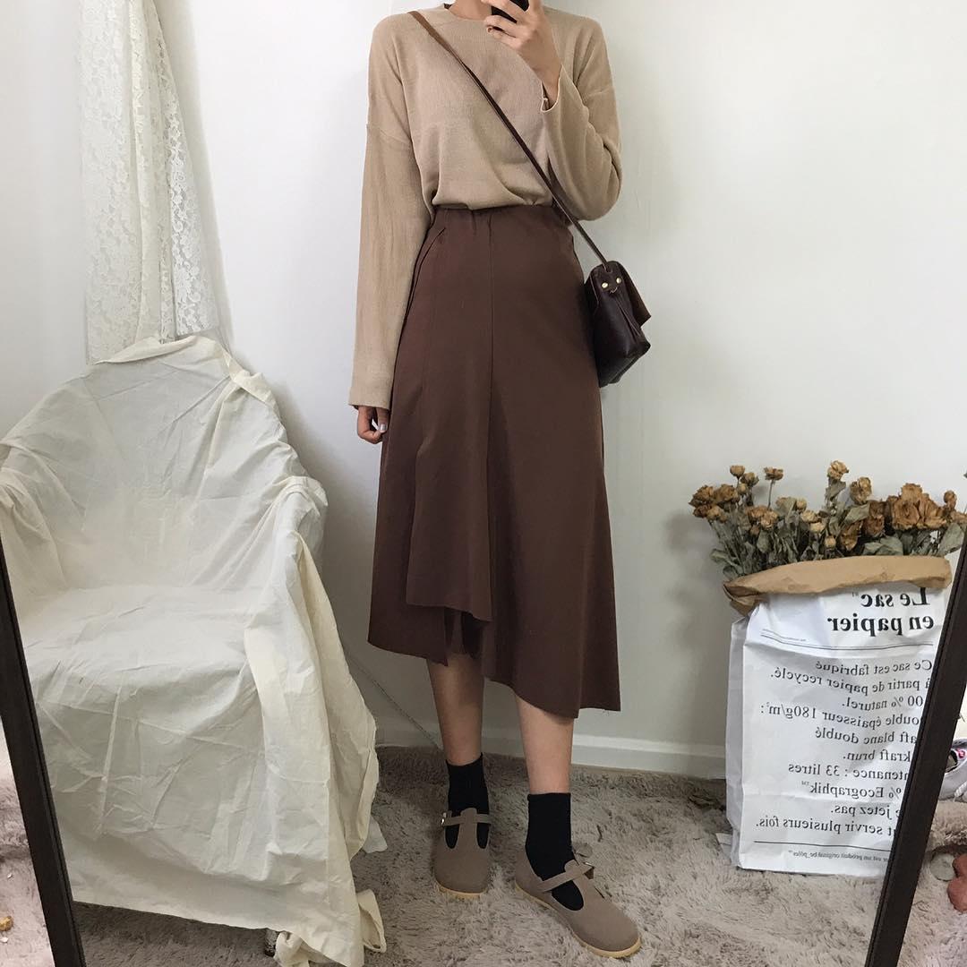 -下擺變化長裙 x 素色上衣 反觀如果是下擺有做特別設計的長裙,上衣就可以選擇比較簡單的款式,利用不同深淺的同色系的單品來做搭配。