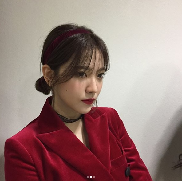 △Red Velvet-Yeri 配合這次的專輯重點,Yeri的妝容利用較深的紅色貫穿一切,口紅以深紅色為主,將嘴唇畫滿看起來會更有氣勢。就連腮紅也是以自然的血紅色為主,看起來更為成熟。