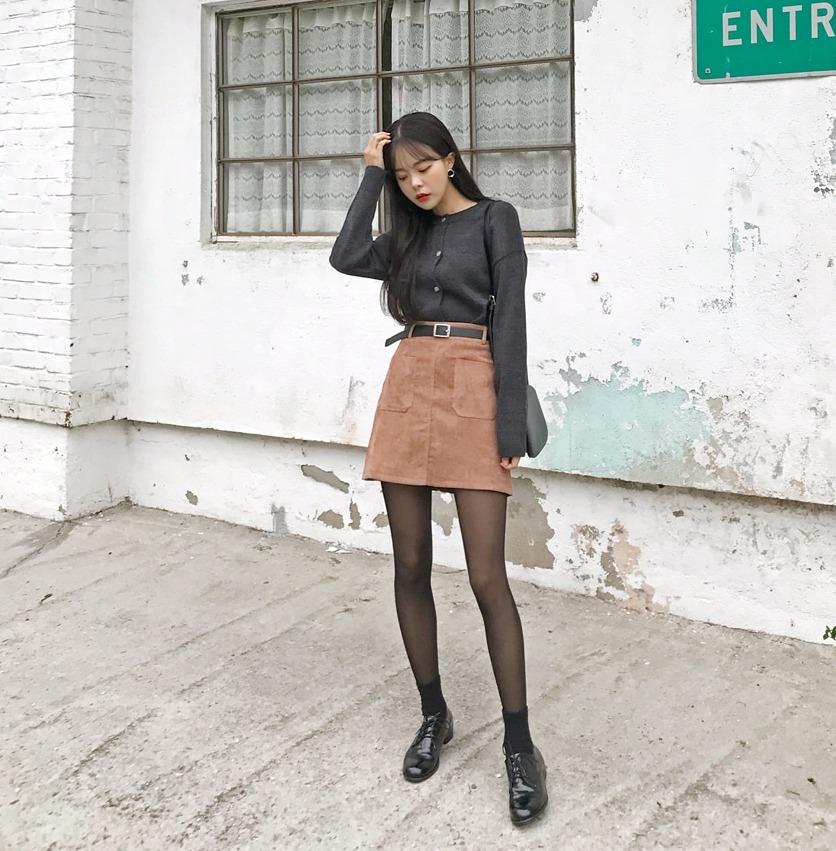 -俐落短裙 x 透膚絲襪 其實之前韓國女生是不愛穿透膚絲襪的,比起透膚黑絲襪她們反而愛穿膚色絲襪,不過今年冬天卻又開始流行了起來,果然流行就是一陣一陣啊~尤其配上版型俐落的短裙,整個人會充滿甜美帥氣的感覺。
