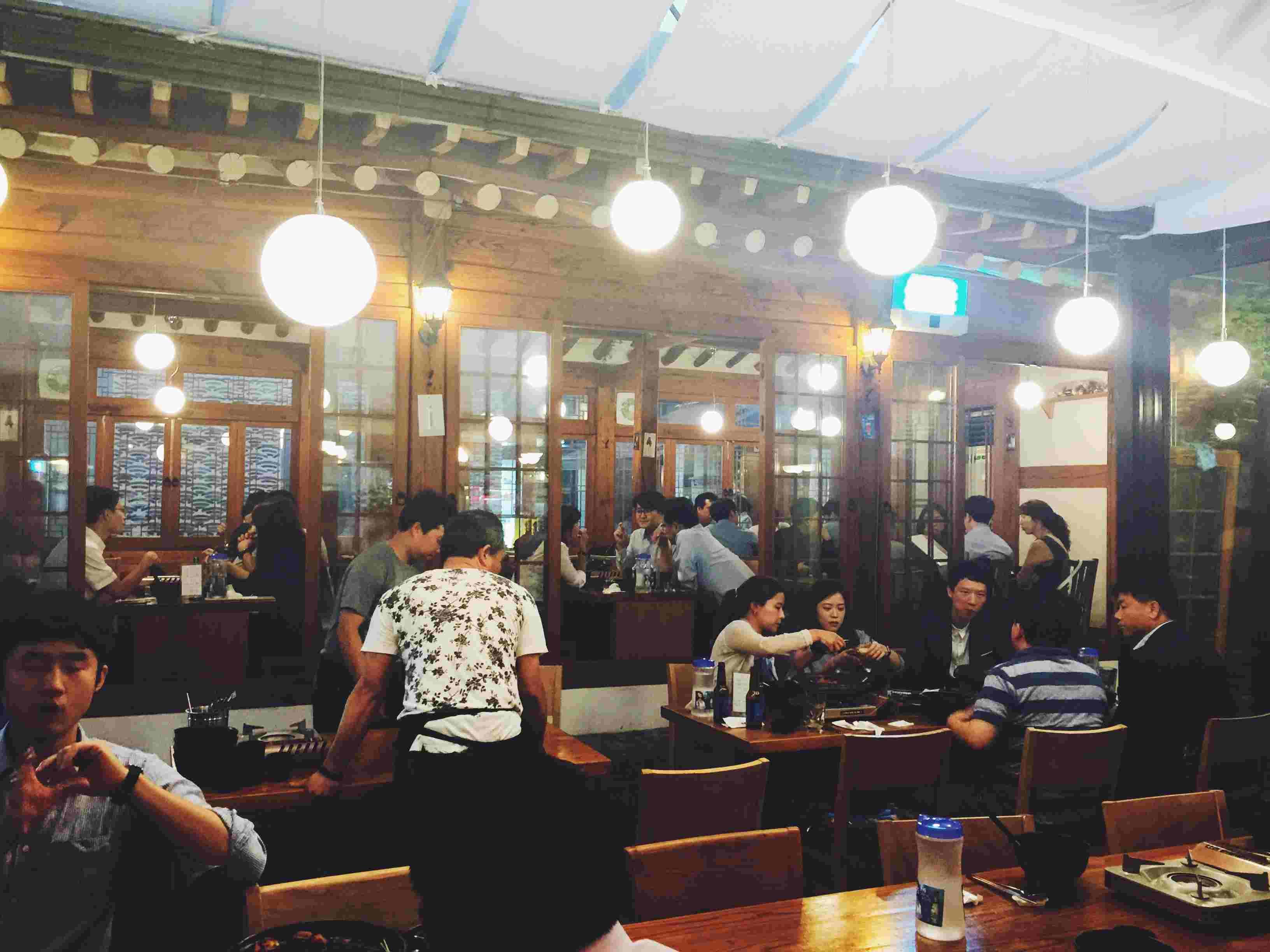 不管是中午或晚上,店裡幾乎都是附近的上班族來到這裡進行회식(會餐) - 就是韓劇裡常看到的下了班之後各單位同事們不放過彼此、一定要出來吃頓飯喝點酒罵點誰的聚餐XD