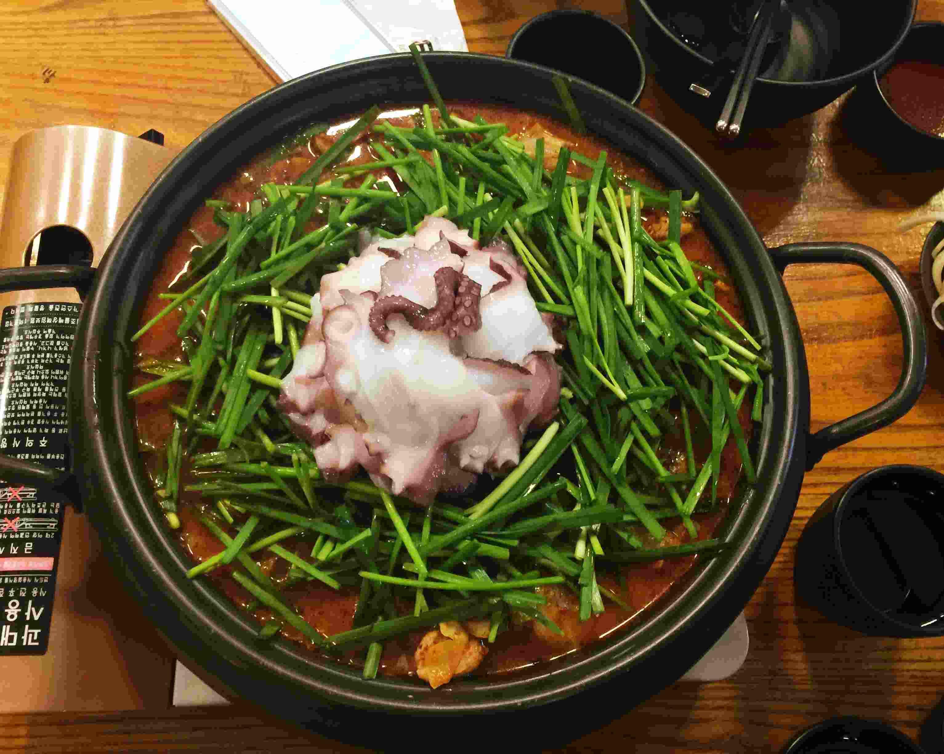 """""""문오리"""" 的招牌餐點是章魚鴨肉鍋,嗯?章魚鴨肉?這是濟州島特色料理,章魚和鴨肉在一起的感覺聽起來是不是有點奇怪?但是真的非.常.好.吃!"""