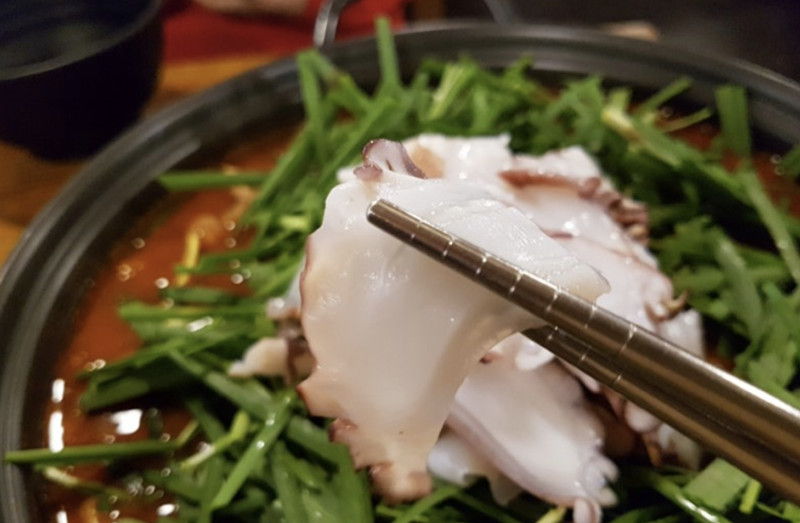 章魚很新鮮很Q彈,顏色也白得很漂亮,本來鍋裡就會有章魚了,喜歡吃章魚的朋友可以另外再點盤章魚來涮,像吃火鍋那樣想吃的時候夾進去涮兩下,哇~好享受!