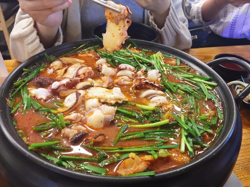 煮滾之後將食物分散一下,開吃!除了章魚讓人驚艷之外,鴨肉也不老,很嫩很好吃,其實跟台灣的鴨肉麵的鴨肉有一點點像,所以吃起來有種濃濃思鄉感XD 裡面還有放了幾大塊馬鈴薯,如果有人像小編一樣奇怪不喜歡馬鈴薯在湯裡面糊掉ㄍㄡˊㄍㄡˊ的話,建議你們趁早撩起來喔~
