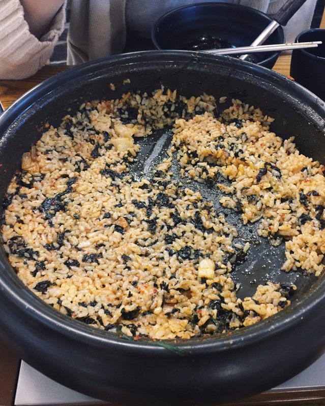最後當鍋內的食物和拉麵都吃完之後,不用急著買單,再怎樣撐都一定要再試試看炒飯 (加點一份2000元韓幣),這間的炒飯很香很好吃喔!~ 這種鍋物的炒飯就是將煮熟的白飯直接倒進鍋裡拌著剩下一點點的湯汁,加點海苔淋點麻油一起炒,所以如果在炒飯之前還有剩食物,老闆也會把它們撩起來分配到大家的碗裡。
