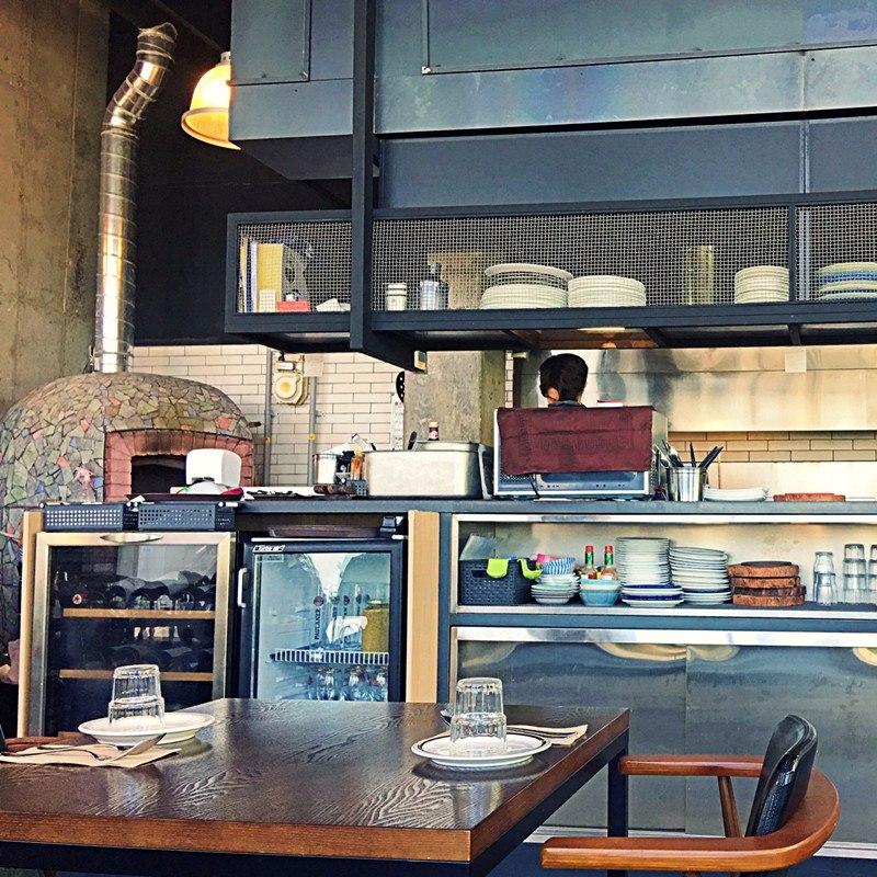有開放式的廚房,PIZZA是義式窯烤爐現烤,餐點現做。有來舍堂站玩的話,可以來試一試喔! 라시에스타 La siesta  info- Time:10:00 ~ 22:30 Add:서울 동작구 사당동 1031-27 양지빌딩 6층 라시에스타