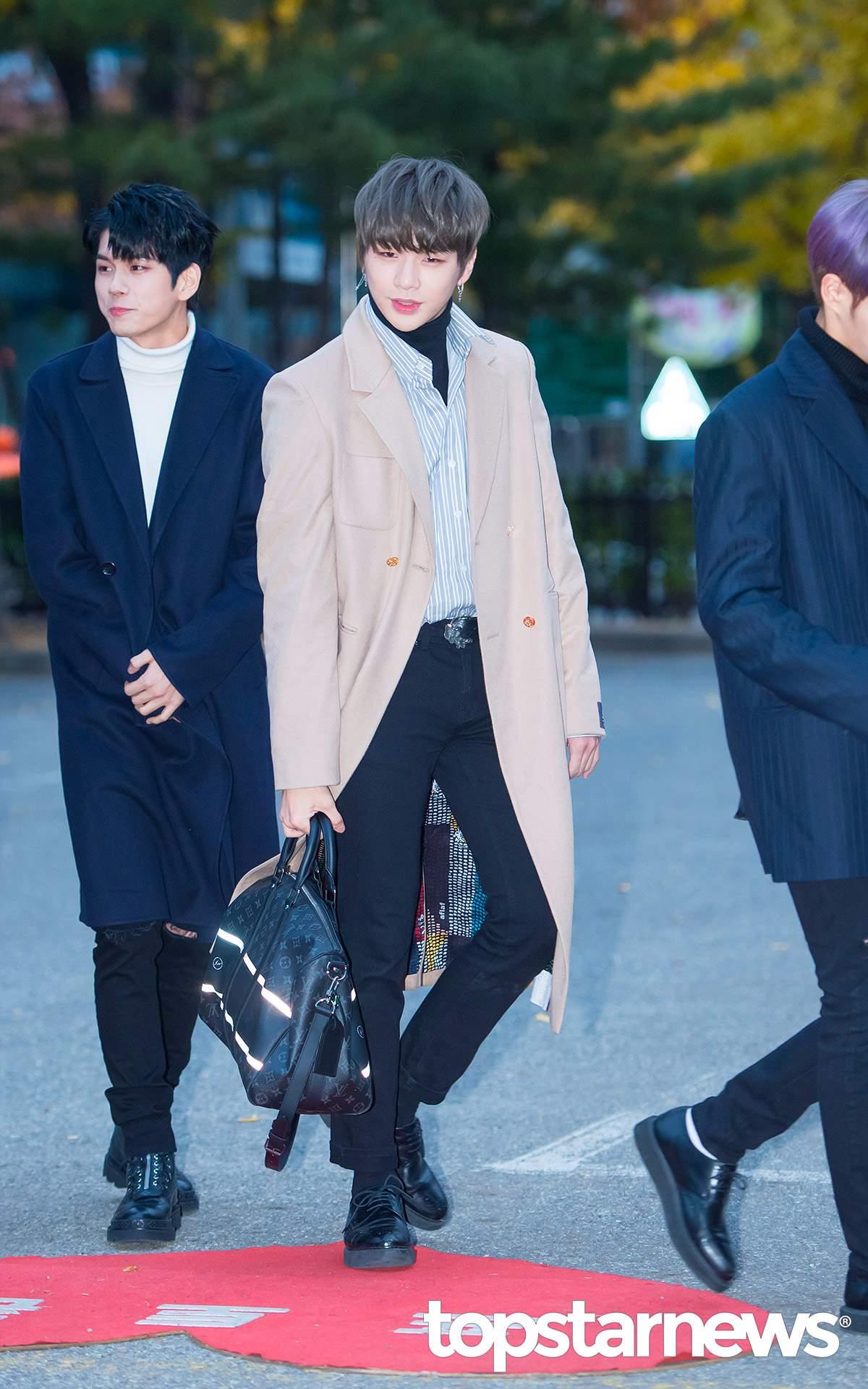 #米色大衣 另外亮眼的米色大衣也是最近偶像們穿搭愛用的單品之一,在秋冬沉重的深色系穿搭中能亮眼的跳出來!
