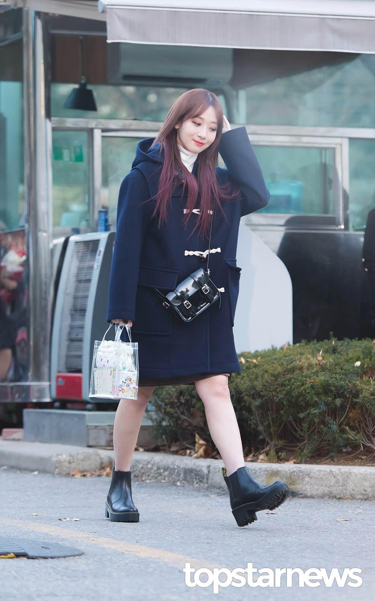 如果比較不怕冷的女孩也可以搭件短裙,再配上簡單的小短靴,就能擺脫休閒感、增加甜美的感覺~