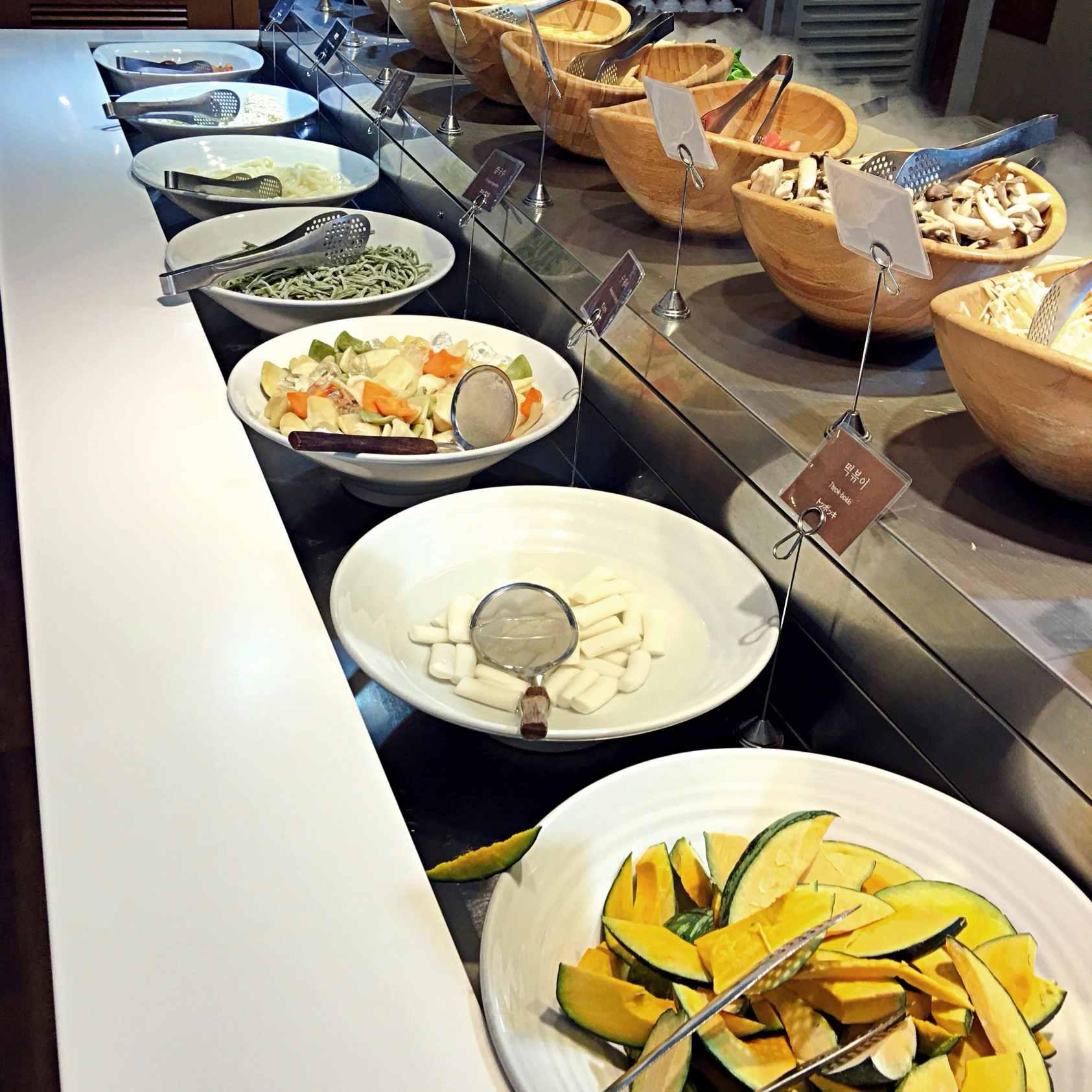 自助式的夾料區有南瓜、年糕、麵疙瘩、各式麵類可以選擇。