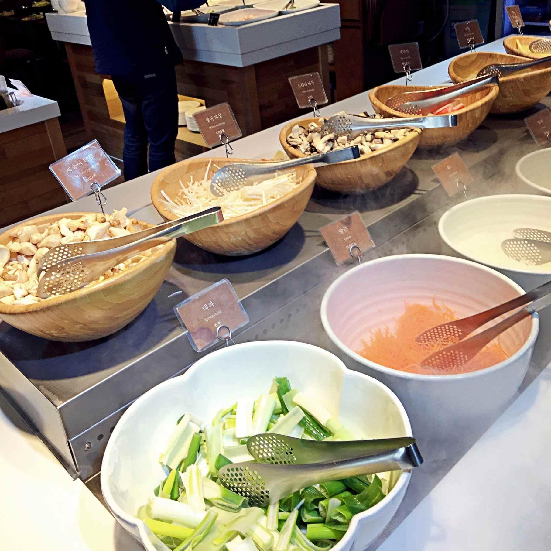 菇類及各種蔬菜選擇也好多。而且你看那個煙,乾冰冷凍保鮮效果有足夠!