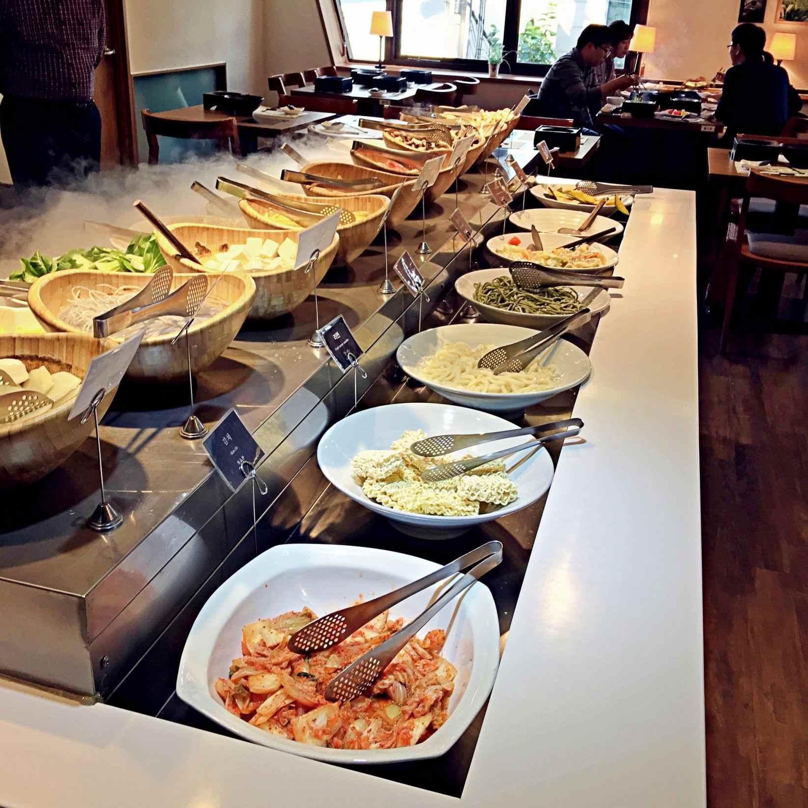 韓國人吃什麼都要配的泡菜也讓你無限夾滿夾好。