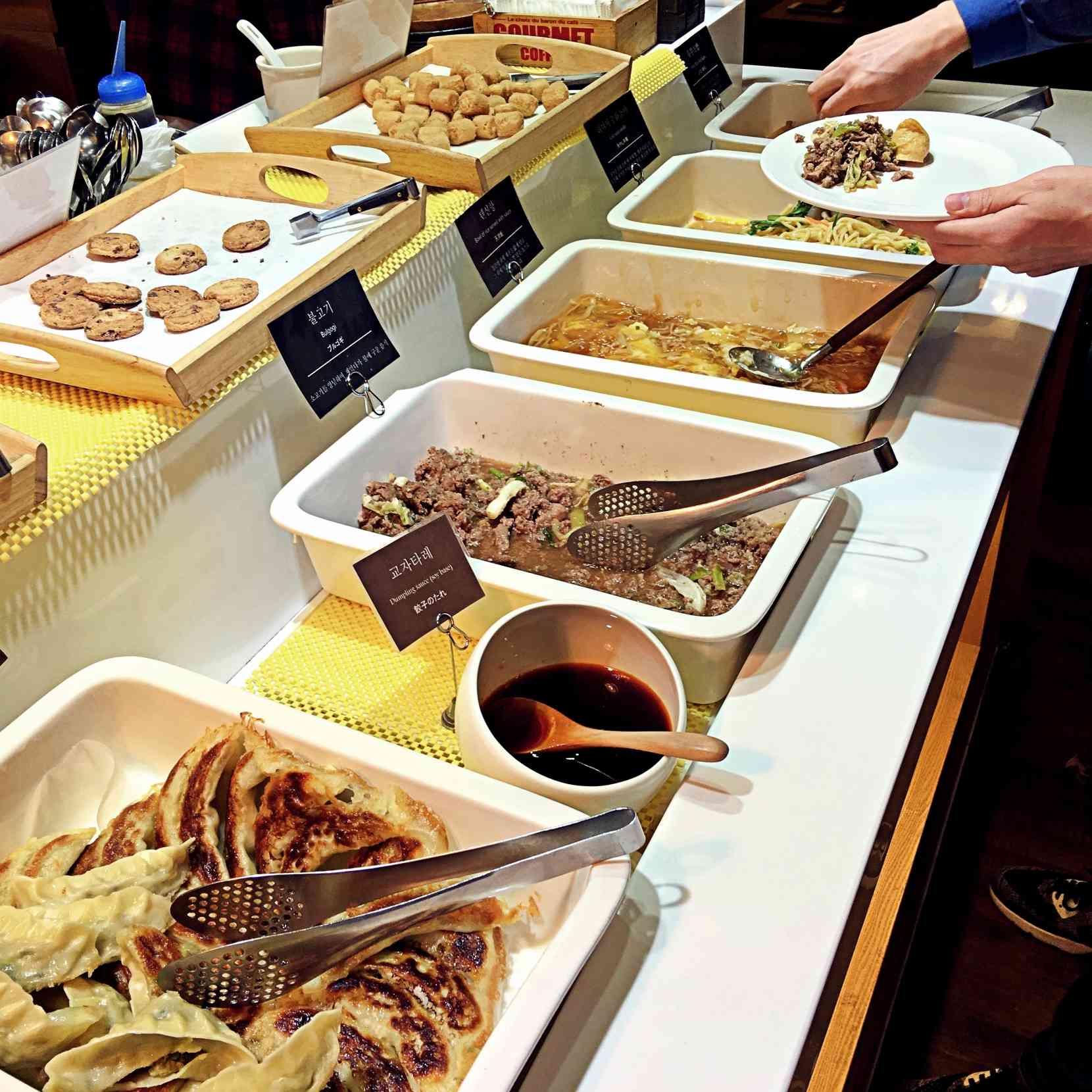 熟食區給了煎餃、韓式烤肉、天津炒飯(推這道)、炒麵等。也有曲奇餅干等。