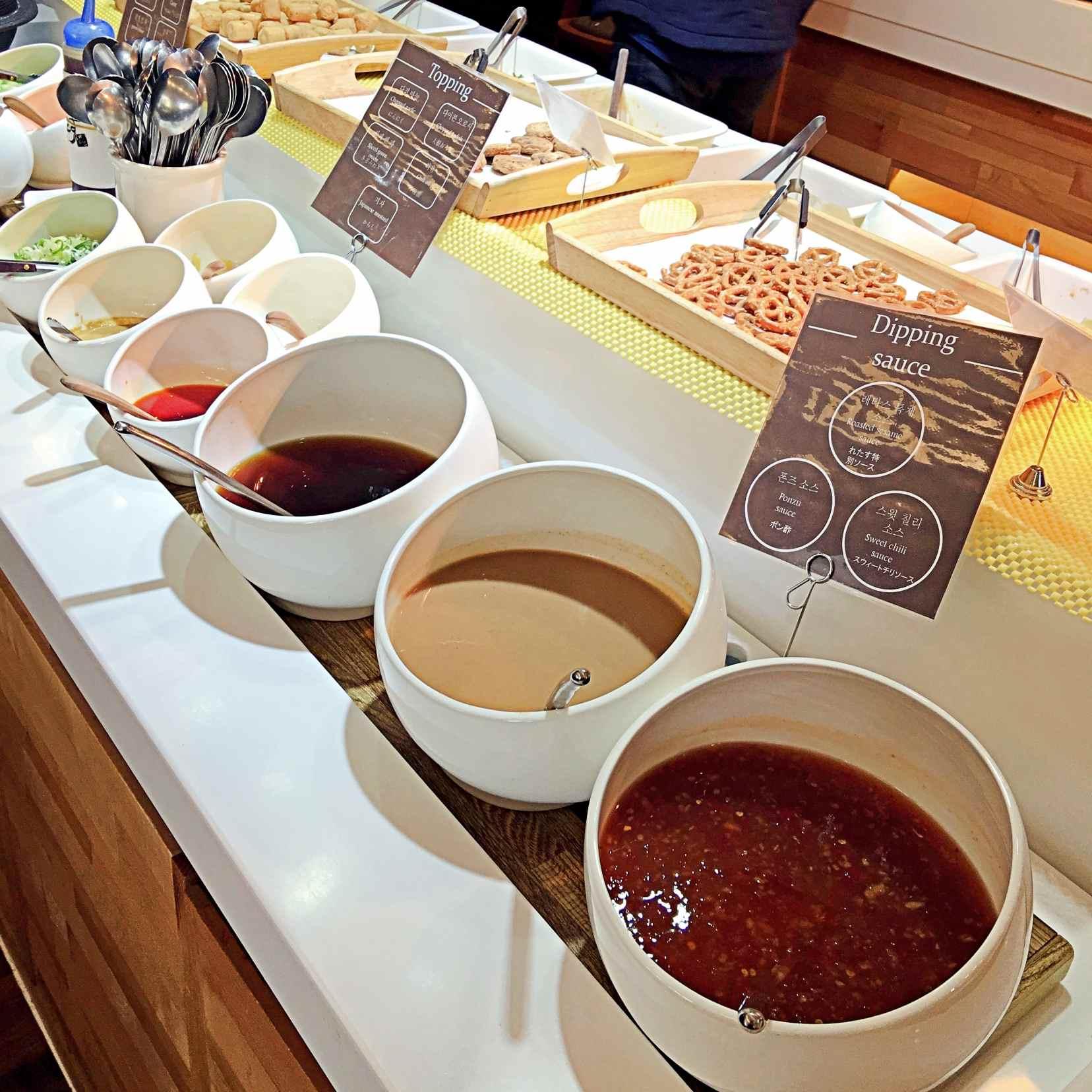 醬料有3種沾料,基本的蔥薑蒜也都隨時備足。