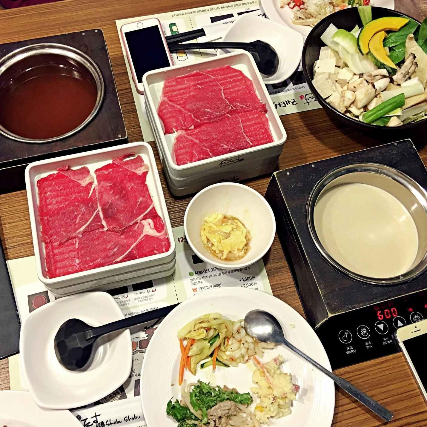 小編與友人點了壽喜燒及豆腐大醬湯的鍋底,夾了第一輪的鍋料準備阿姆啊姆的開吃。