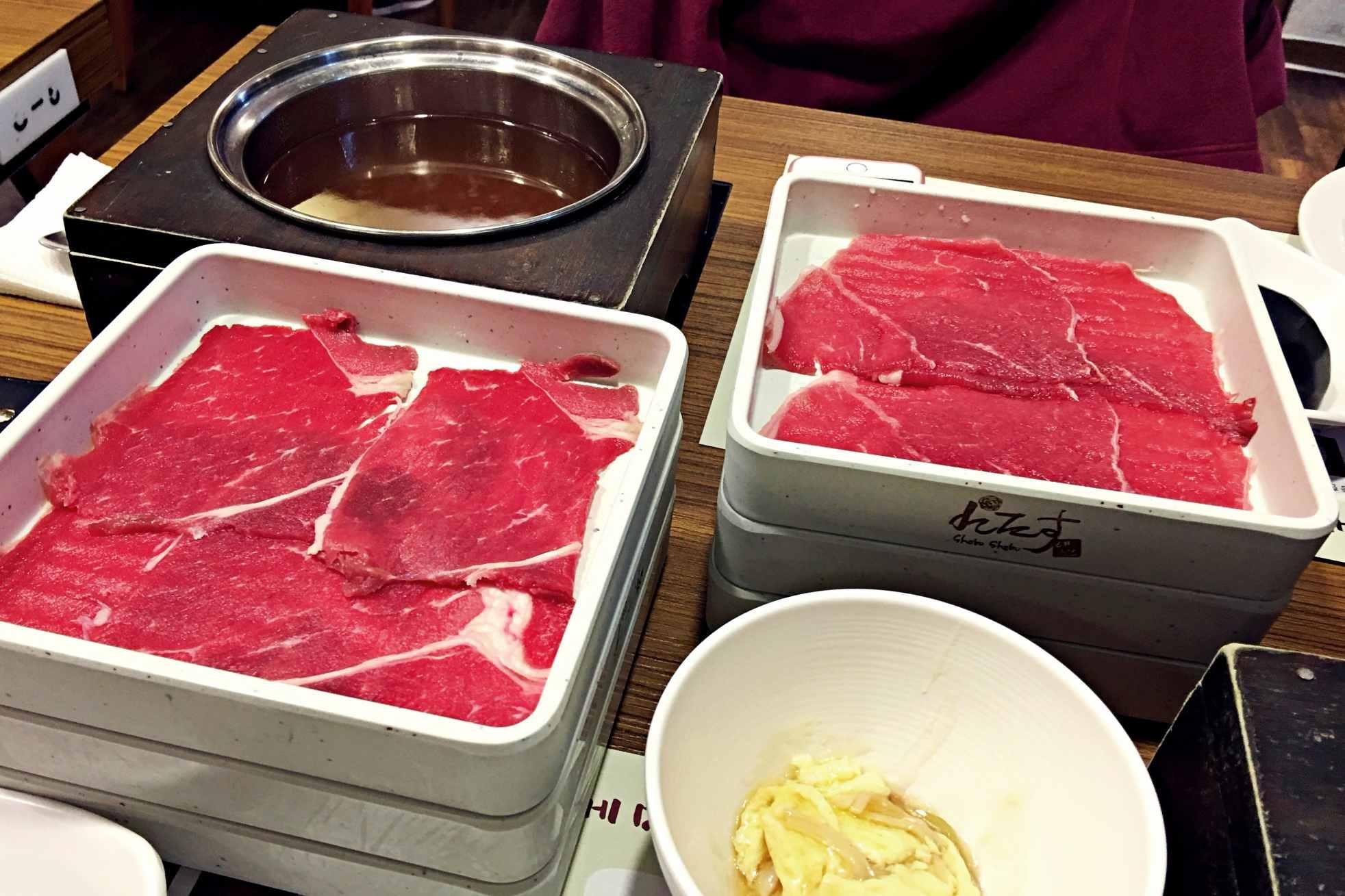 他們的肉類好新鮮,你看看那個色澤!只想快點送它們進湯底游泳,再送進嘴裡一口吃掉。