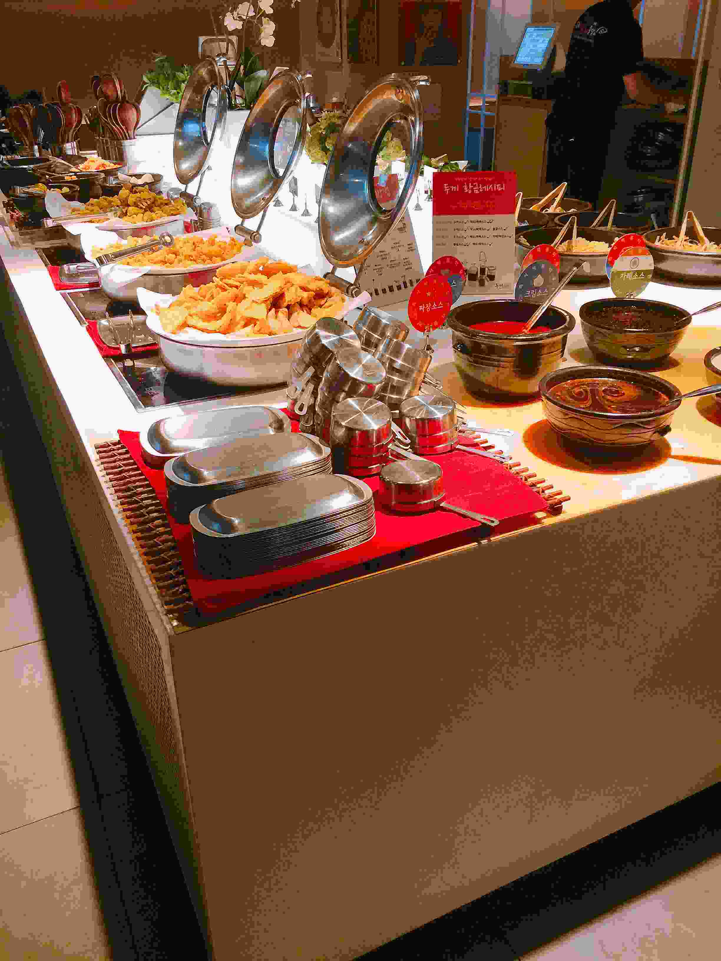 自助餐桌上放了各種免費的食物,亦有熟食提供。