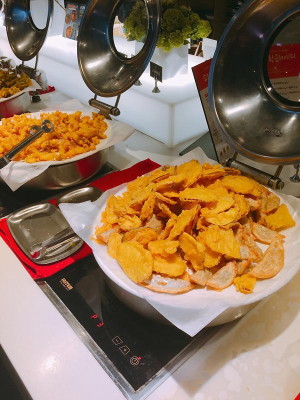 熟食方面,主要是炸物,有餃子、薯角及紅薯。