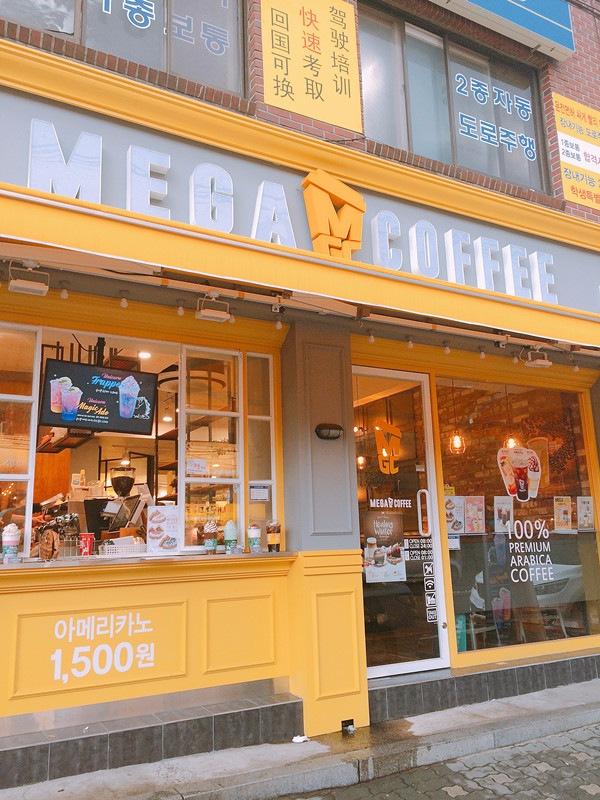 不論是冬天或是炎夏,Cafe都是韓國人的好去處,你看街上數量如此多的Cafe,就知道韓國人的需求有多大,而這間位於延南洞的Cafe還不時出現人龍,到底有什麼特別之處呢?