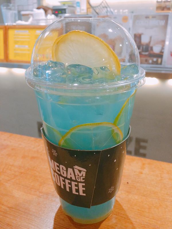 Blue Lemonade 的顏色也很夢幻~