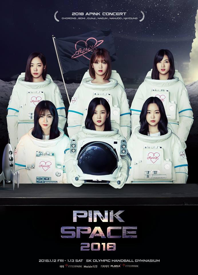 就是這一張海報! 雖然知道Apink這次的演唱會主題是《PINK SPACE 2018》,但是應該有更漂亮的呈現方式啊!穿著太空衣拍照實在是太驚人了~ 或許這是一種幽默感的呈現? 而且不知道為什麼整張照片看起來真的很不自然啊...