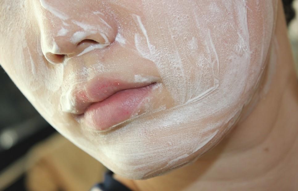 使用的小技巧是在黑頭比較多,或是皮膚粗糙的部位用指腹輕輕打圓按摩,粉刺與角質就能一起被代謝出來~