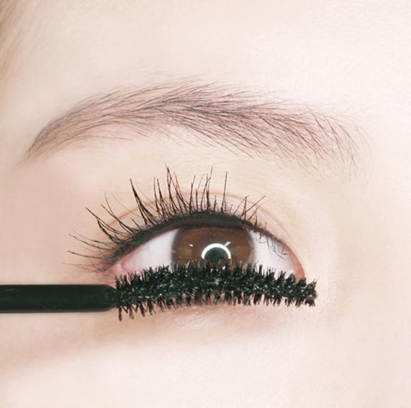下睫毛則是利用倒U型的方式就可以輕鬆畫啦!