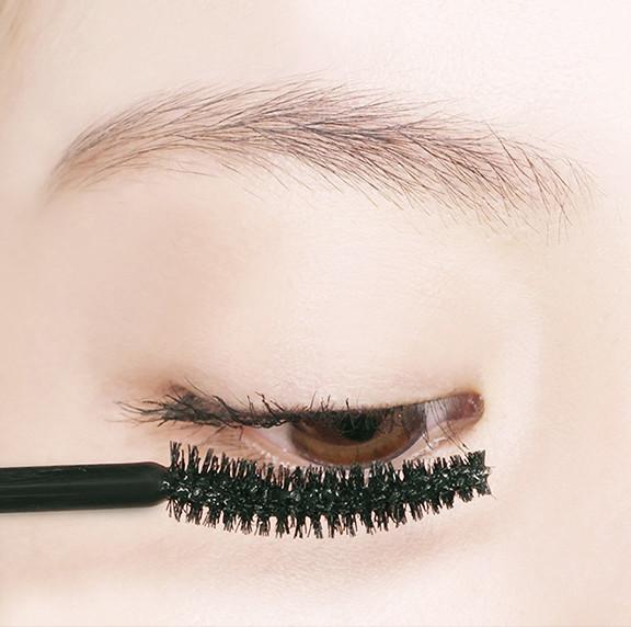 畫上眼睫毛的時候可以使用U型的方式,更容易刷色。