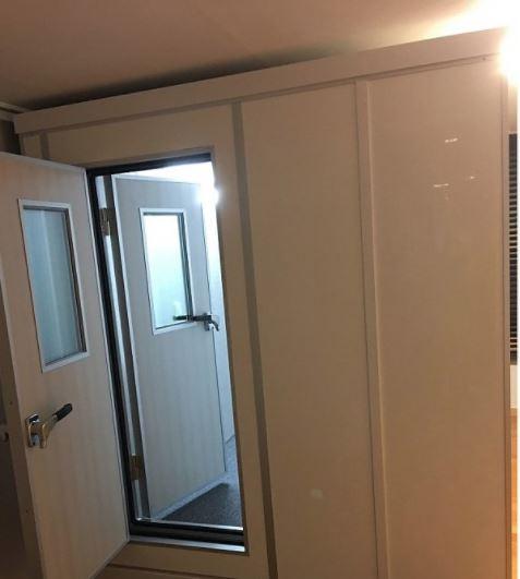 EXO世勳在家中打造的專屬練舞室,看得出來是在房間中區隔出一塊空間,並增設隔音、吸震的設備,避免打擾到鄰居,而外部則是以白色系為主和家中的裝潢作搭配
