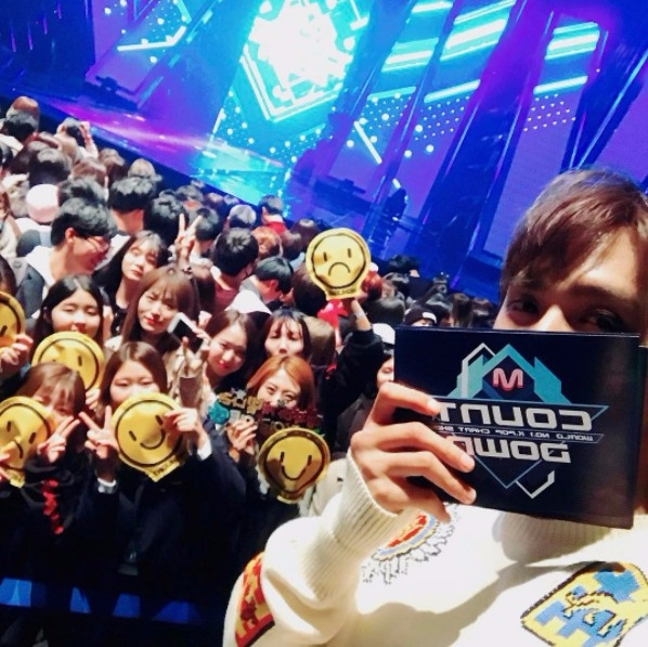 HIGHLIGHT在韓國首場演唱會的第一天,在演唱會前一刻也迅速公告粉絲名為LIGHT,東雲一公布粉絲名時成員們都露出尷尬的表情,還時不時頻頻笑場,似乎是不太習慣新名字呢XD