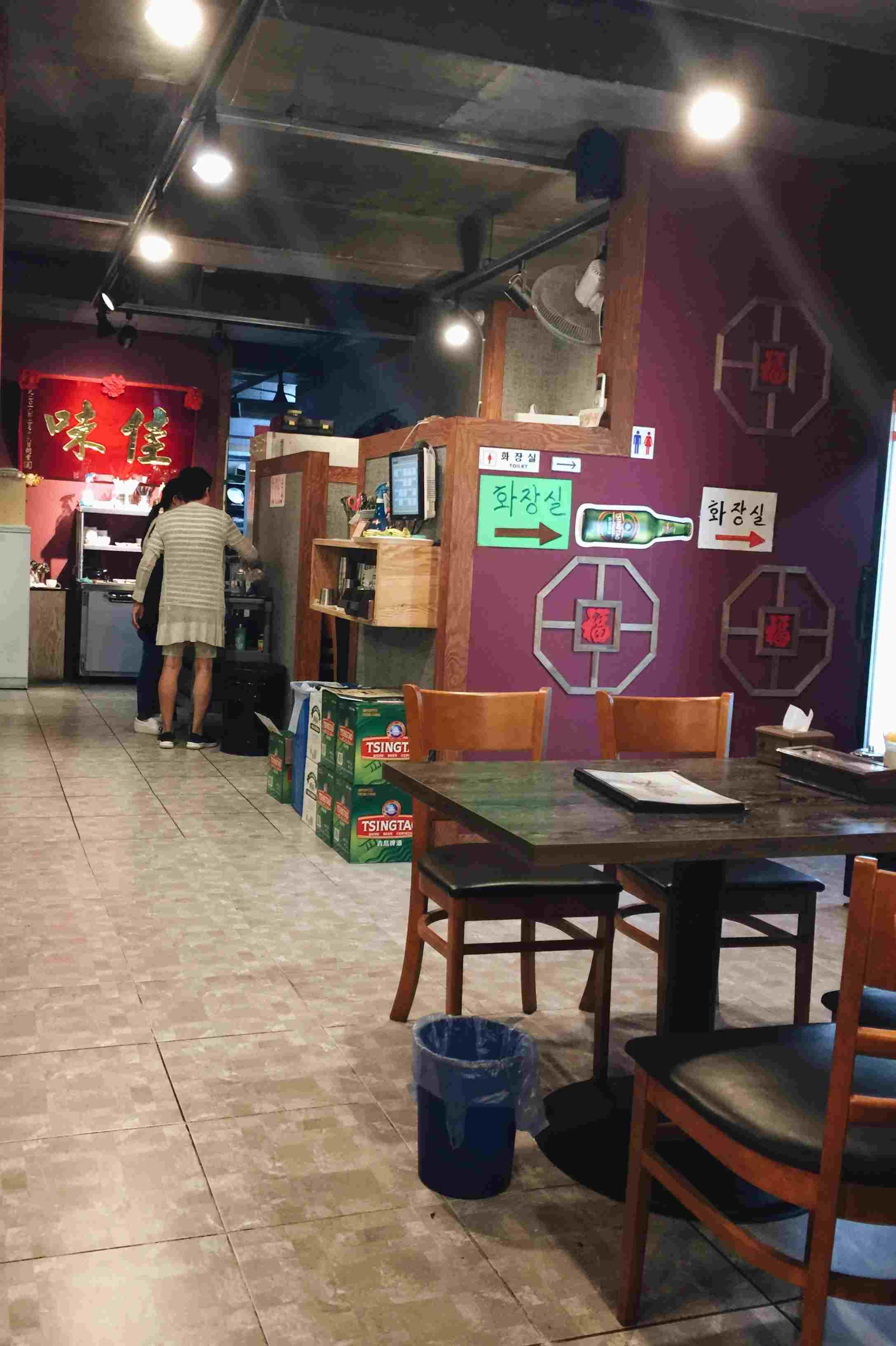 這間鄉味本來的名字叫佳味,店裡面還掛著以前的招牌,整個店面的感覺很像台南一些幾十年老店的復古風格