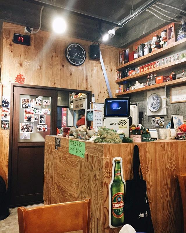 櫃台的旁邊有一間小房間,這間店的小籠包是從那個小房間出來,老闆大部分時間都待在裡面顧包子~