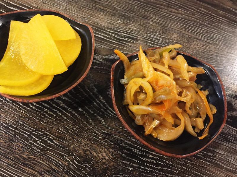 點菜完畢之後依照慣例送上小菜,這盤榨菜有點鹹,但是很台灣味無誤,入口的那一秒會很想點碗白飯來配XD