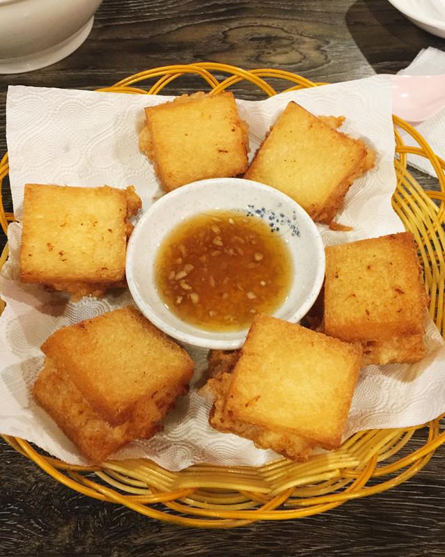 接下來是麵包蝦。聽老闆說這麵包蝦是他自己發明的,用吐司麵包夾著蝦泥去炸,沾中間的醬很好吃,外皮酥脆,裡面也吃得到蝦粒本身,好吃!