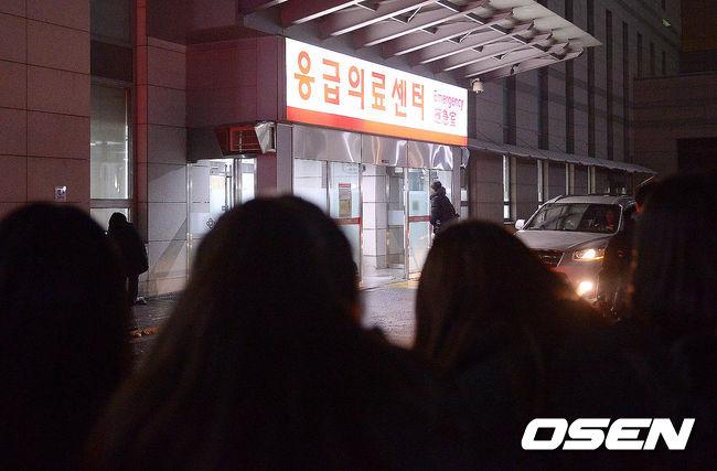突如其來的噩耗讓粉絲不敢置信,紛紛前往醫院前等待鐘鉉脫離險境的消息,尤其在SM娛樂的官方發表聲明前,不忍相信二哥金鐘鉉離開的消息