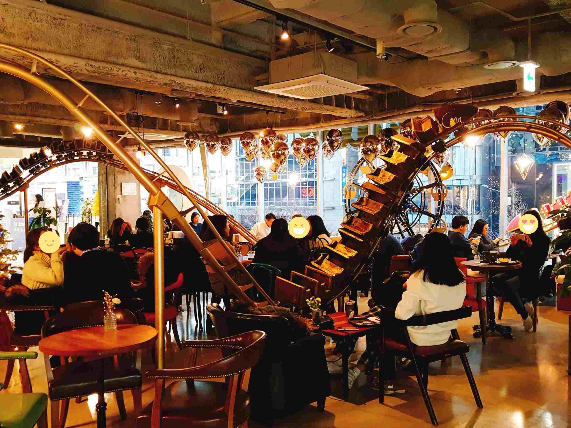 再走進去才發現,這些雲霄飛車軌道是穿梭在整家咖啡廳裡,走路還要注意會不會撞到軌道呢!! 小編是認真的!!在這裡走路要小心。