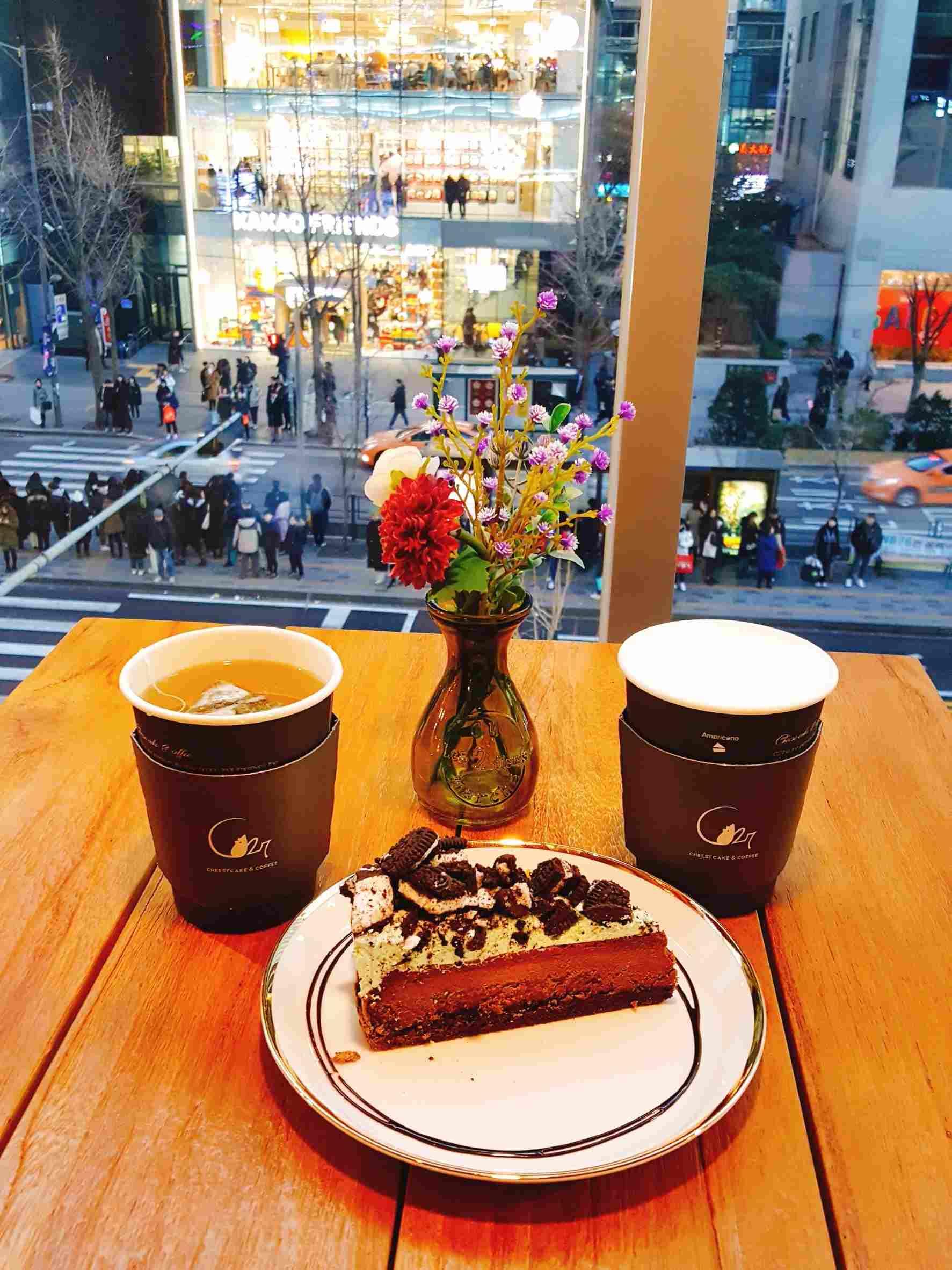 小編最後選擇了薄荷巧克力起司蛋糕,甜而不膩,配上薄荷涼爽的口感,讓人一口接一口,飲料呢~小編就點了熱檸檬茶,酸酸又甜甜的滋味,真是剛剛好。坐在窗邊,欣賞來來去去的人潮,假日愜意的午後就這麼過去。