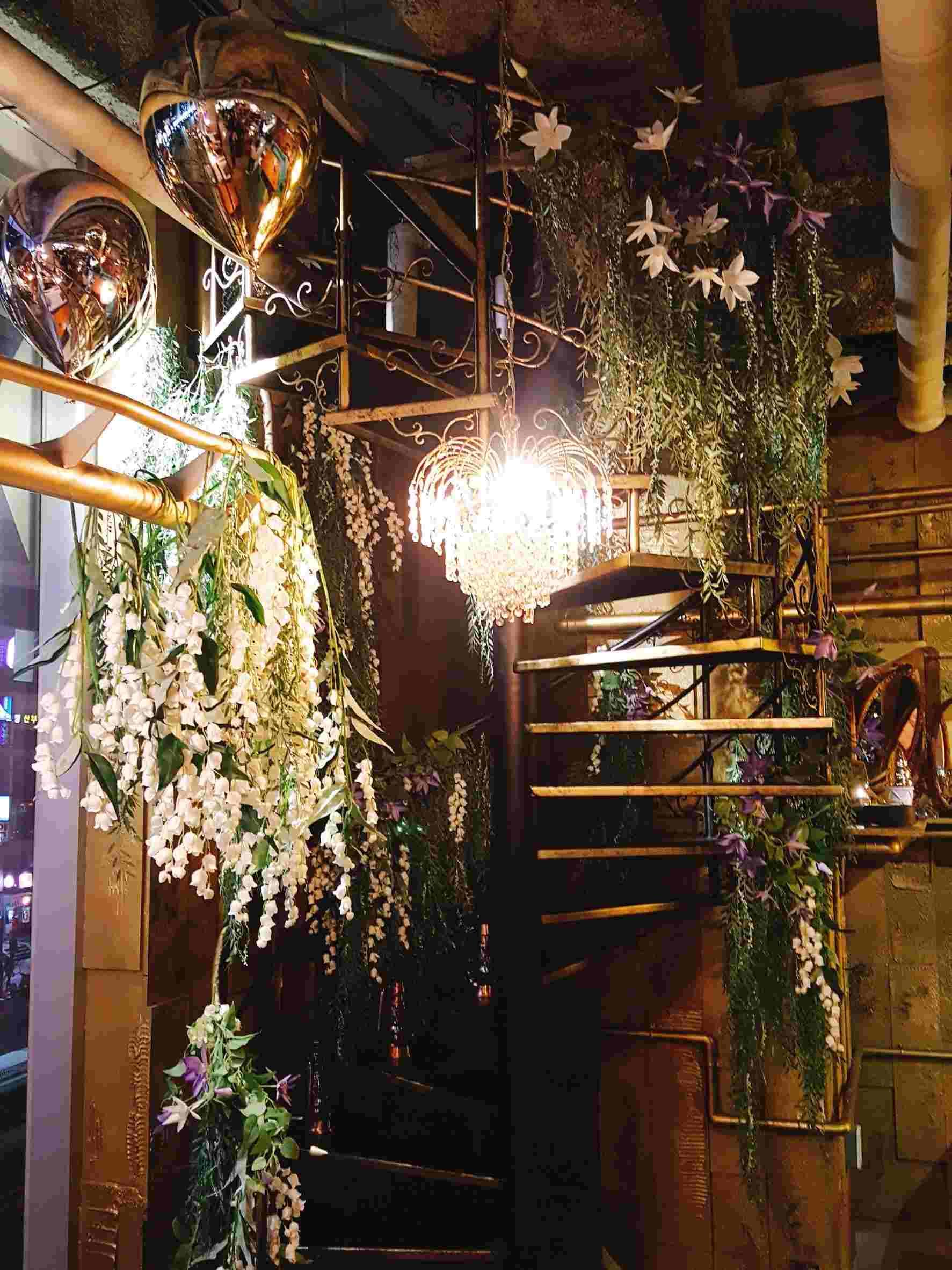 還有像這樣浪漫的小角落,有個旋轉樓梯上面佈滿了美麗的花束,坐在樓梯上拍照簡直超級唯美,小編跟朋友們在這裡真的拍瘋了,但因為這裡離鄰座很近,也要注意不要打擾到別人用餐喔!!