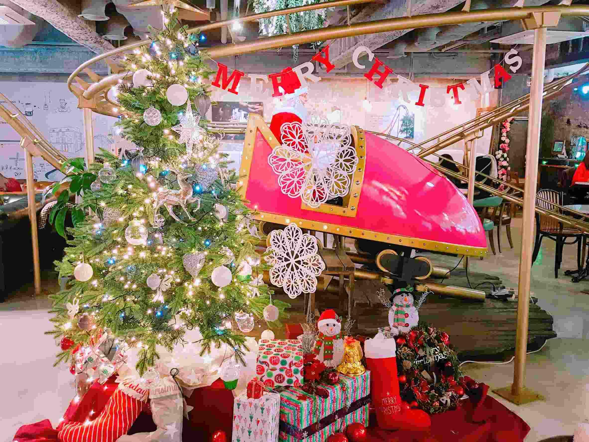 搭配最近聖誕節日,店內的裝潢也充滿聖誕氣息,變得更繽紛漂亮,讓人流連忘返。